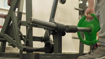 l'uomo in palestra fitness e sport stile di vita sano video