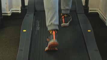 l'uomo va su un tapis roulant. concetto di stile di vita sano, fitness e sport video