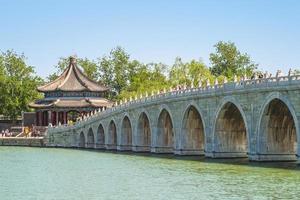 Puente de 17 arcos y pabellón kuoruting en el palacio de verano, beijing foto