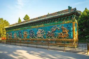 Muro de los nueve dragones en el parque beihai, beijing, china foto