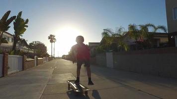 un niño patinando en un barrio. video