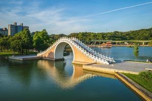 Puente jindai del parque dahu en taipei, taiwán foto