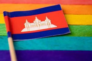 bandera de camboya en el fondo del arco iris símbolo del movimiento social del mes del orgullo gay lgbt la bandera del arco iris es un símbolo de lesbianas, gays, bisexuales, transgénero, derechos humanos, tolerancia y paz. foto