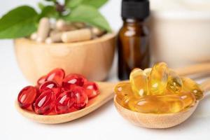 medicina alternativa cápsula orgánica a base de hierbas con vitamina e omega 3 aceite de pescado, mineral, medicamento con hojas de hierbas suplementos naturales para una vida sana y buena. foto
