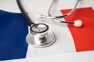 Estetoscopio negro sobre fondo de bandera de Francia, concepto de negocios y finanzas. foto