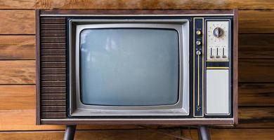 Viejo televisor en la mesa de madera en la habitación foto