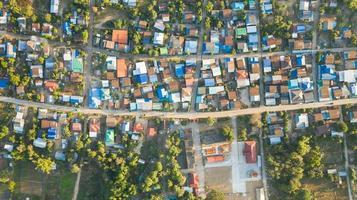 vista aérea del paisaje de la aldea rural en la mañana foto
