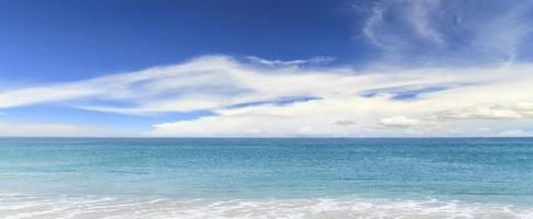 playa de arena y mar azul foto
