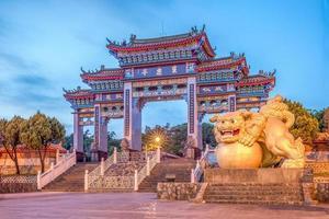 escena nocturna del templo baojhong yimin en hsinchu foto