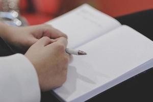 escribir notas en papel en la presentación de buseinss. foto