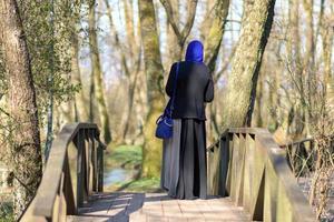 mujer musulmana disfrutando al aire libre foto