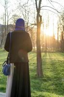 mujeres musulmanas disfrutando al aire libre al atardecer foto