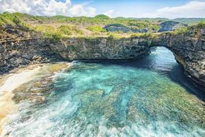 Playa rota en la isla de Nusa Penida, Indonesia foto