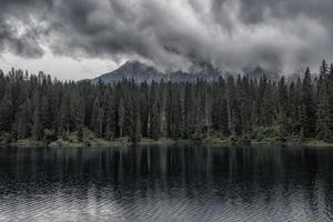 lago carezza en los dolomitas italianos foto