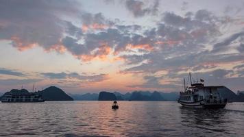 bahía de halong al amanecer foto