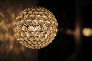 Fondo de color amarillo con bombilla de iluminación y espacio en blanco para texto u objeto. foto