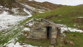 luchtlandschap in de bergen met een stenen hut. video