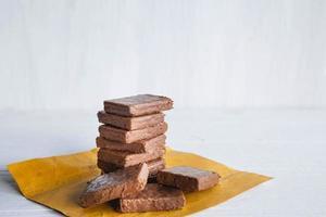 Hoja de chocolate sobre un fondo de madera blanca foto