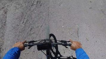 pov de um homem andando de bicicleta de montanha em uma trilha de terra na floresta. video