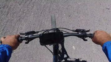 pov d'un homme faisant du vélo de montagne sur un sentier de terre à voie unique dans les bois. video