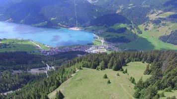Flygfoto över bergen gröna kullar och en sjö. video