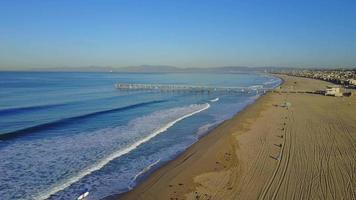 antenn drone uav utsikt över en pir över stranden och havet. video