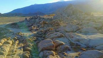 escénica vista aérea drone de un paisaje desértico rocoso. video
