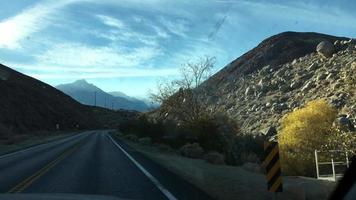 pov ver por la ventana de un coche de un paisaje desértico rocoso. video