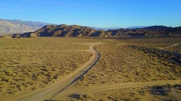 escénica vista aérea drone del camino de tierra y el paisaje rocoso del desierto. video