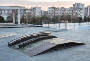 Vista de la pista de patineta en el patio de recreo foto