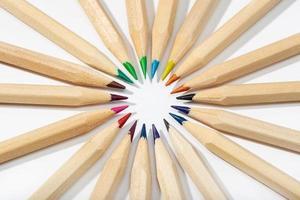 lápices de colores dispuestos en círculo. volver al fondo de la escuela. vista superior foto