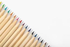 Lápices multicolores de madera aislado sobre fondo blanco espacio de copia de vista superior. foto