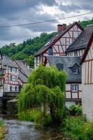 El hermoso y pintoresco pueblo de Monreal, región de Eifel, Alemania foto
