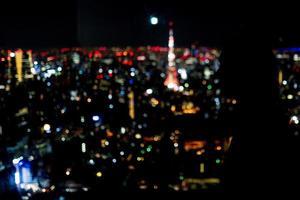 silueta de niña y vista espeluznante de tokio, japón foto