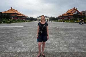 chica rubia en el kai shek memorial hall en taipei en taiwán foto