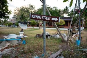 Signo de la calle peatonal en Koh Lipe en Tailandia foto