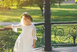 hermosa niña con corona de flores en la cabeza, el sábado de lázaro foto