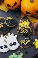 galletas de jengibre de halloween sobre fondo oscuro, con halloween foto