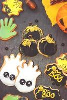 Galletas de jengibre de Halloween caseras sobre fondo oscuro foto