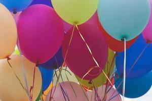 Cerca de un montón de globos de colores foto