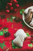 Galletas de jengibre sobre la mesa, con decoración navideña festiva foto