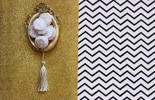 Galletas caseras de vainilla y mermelada, en marco de imagen vintage o sendero, sobre fondo de chevron con espacio de copia foto