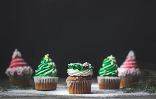 Cupcakes navideños decorados, sobre fondo de madera con espacio de copia foto