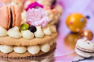 detalles de un pastel de pascua - pastel de vainilla decorado con macarrones y flores foto