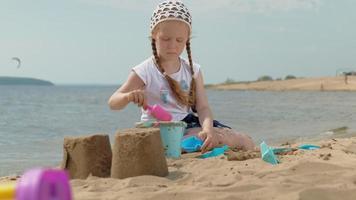barn som leker på stranden vid floden på en solig dag video