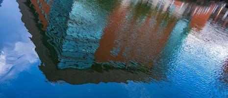 La construcción de reflejos en el agua en el centro de la ciudad de Manchester. foto