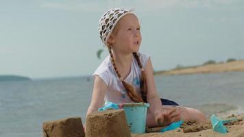 enfants jouant sur la plage au bord de la rivière par une journée ensoleillée video