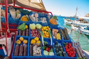 Verduras en un puesto en el mercado en un barco en el puerto de Egina en Grecia foto