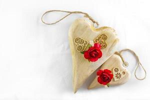corazones de madera y rosas rojas para el dia de san valentin foto
