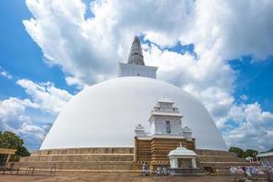 Estupa ruwanwelisaya en anuradhapura, sri lanka foto